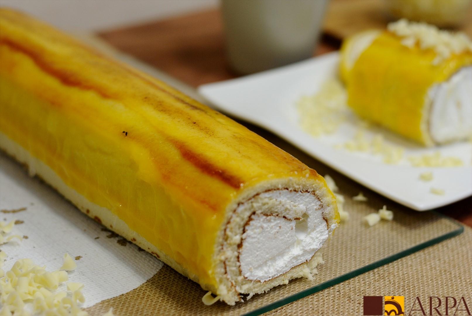 Brazo de gitano relleno de nata y recubierto de yema quemada con azúcar
