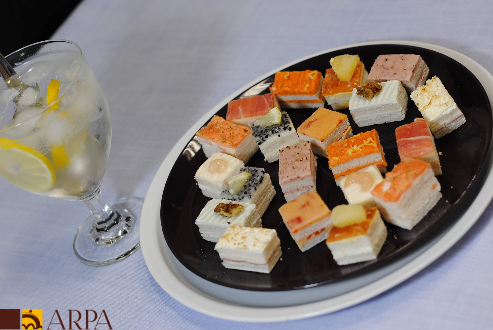 Bandeja de canapés salados individuales variados