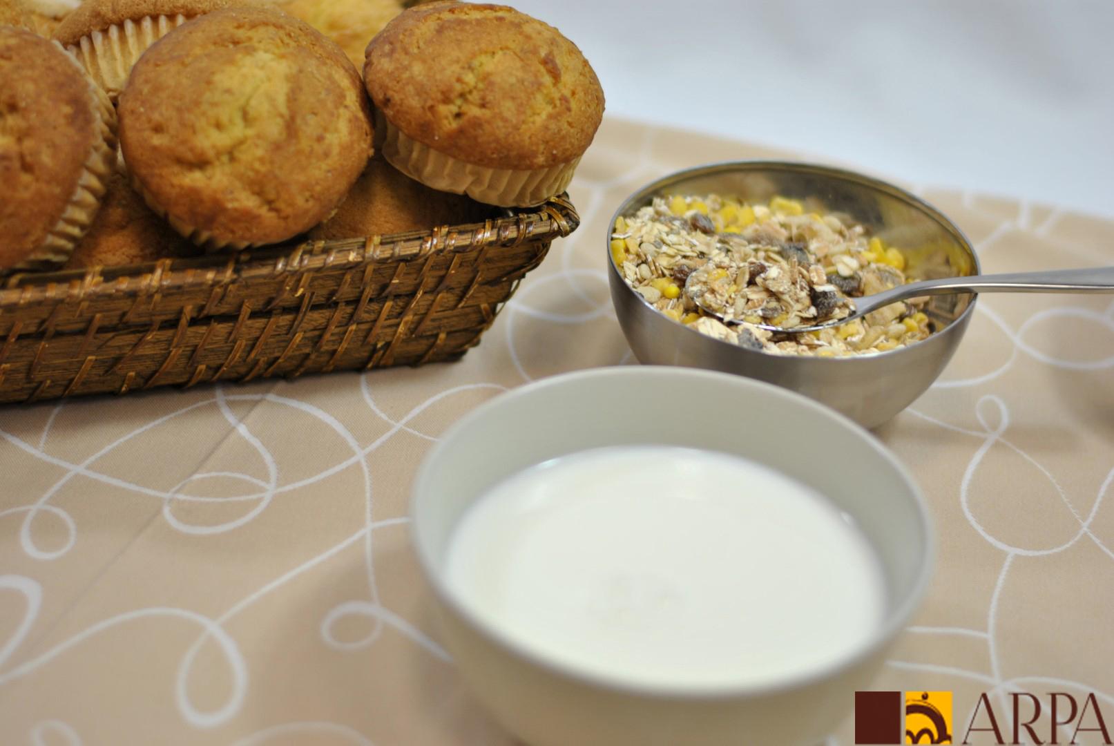 Presentación magdalenas integrales con tazón de leche y cereales