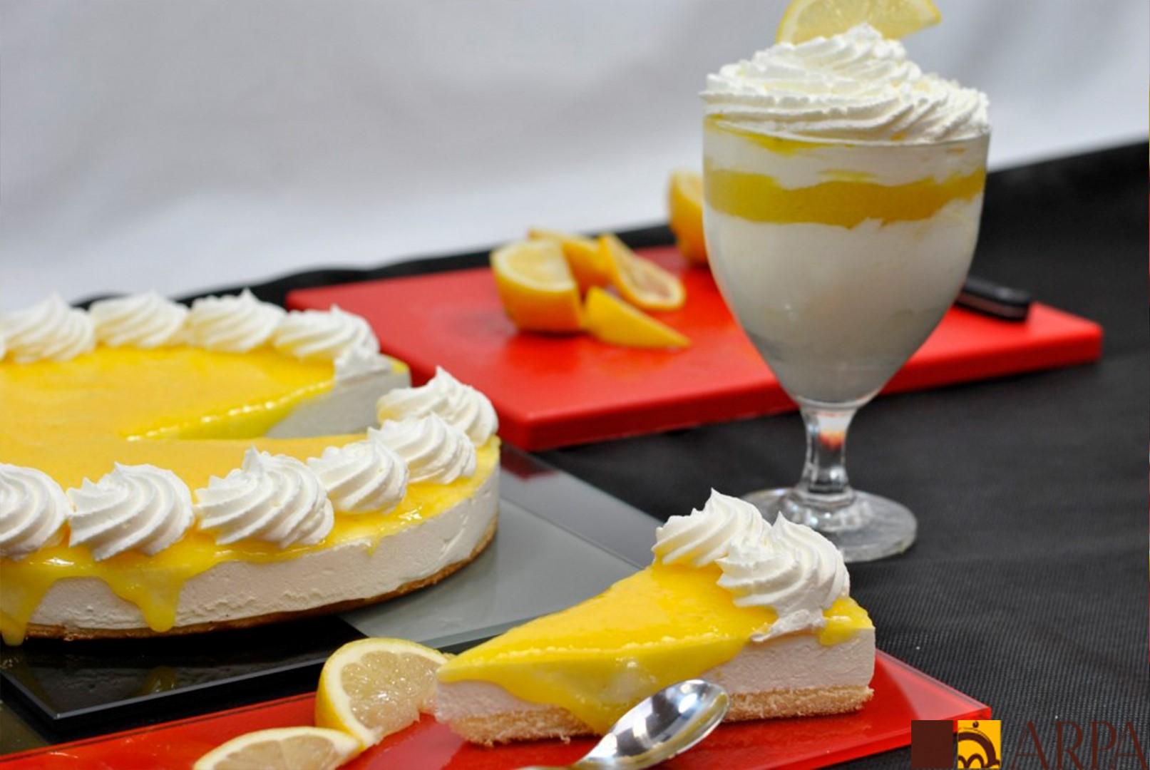 Presentación del mousse de limón elaborado con pulpa y zumo de limón natural