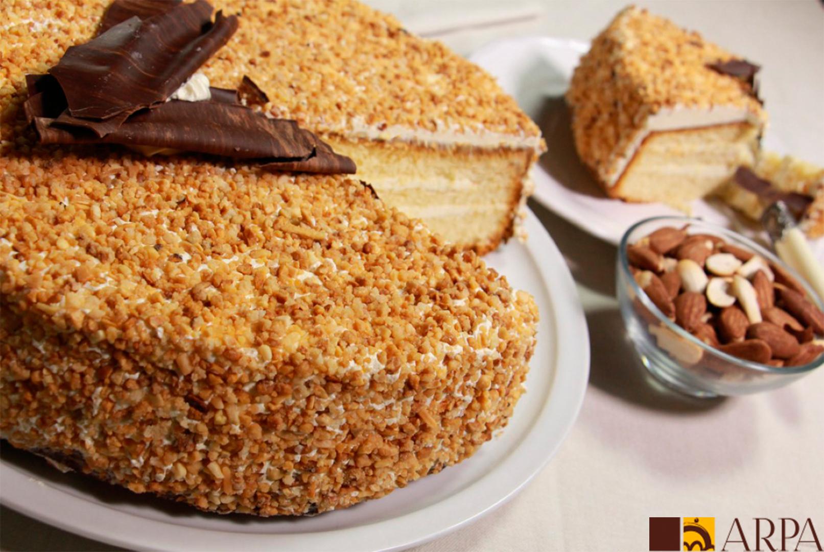 Pastel relleno de margarina de almendra y recubierto de granillo de almendra tostado y caramelizado