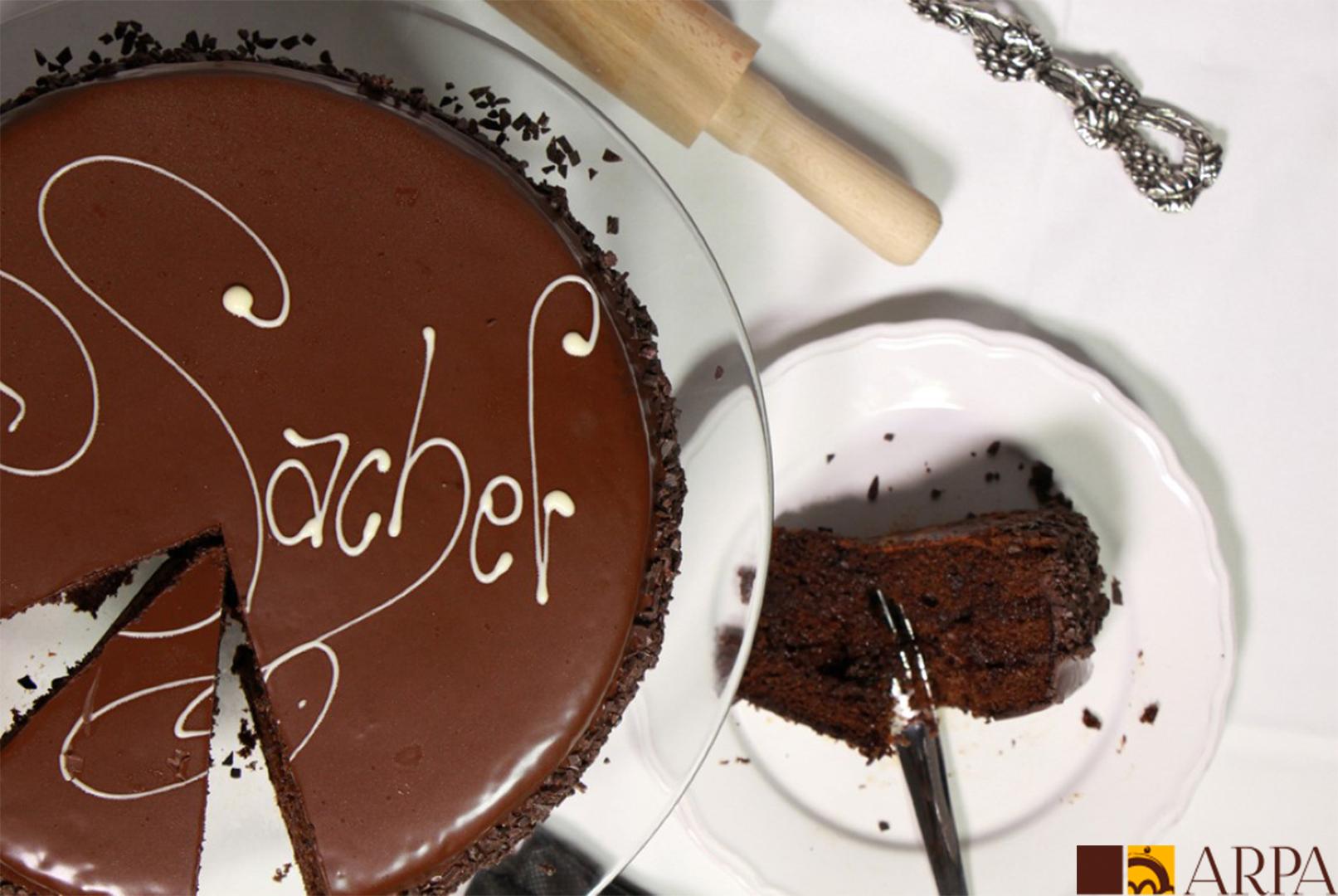 Pastel de chocolate relleno de mermelada de fresa y cubierto de chocolate negro