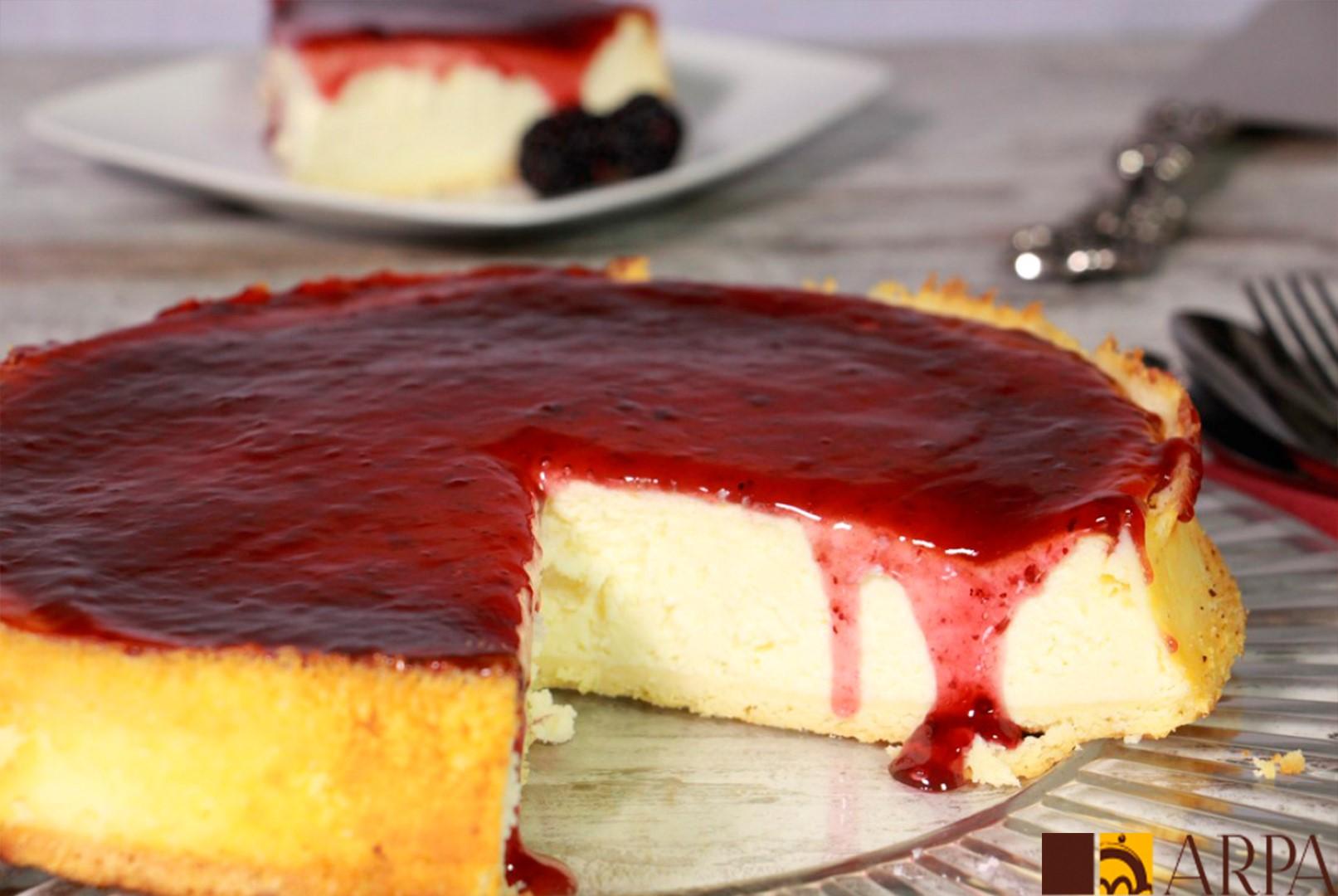 Pastel de queso crema recubierto de mermelada de frutas del bosque
