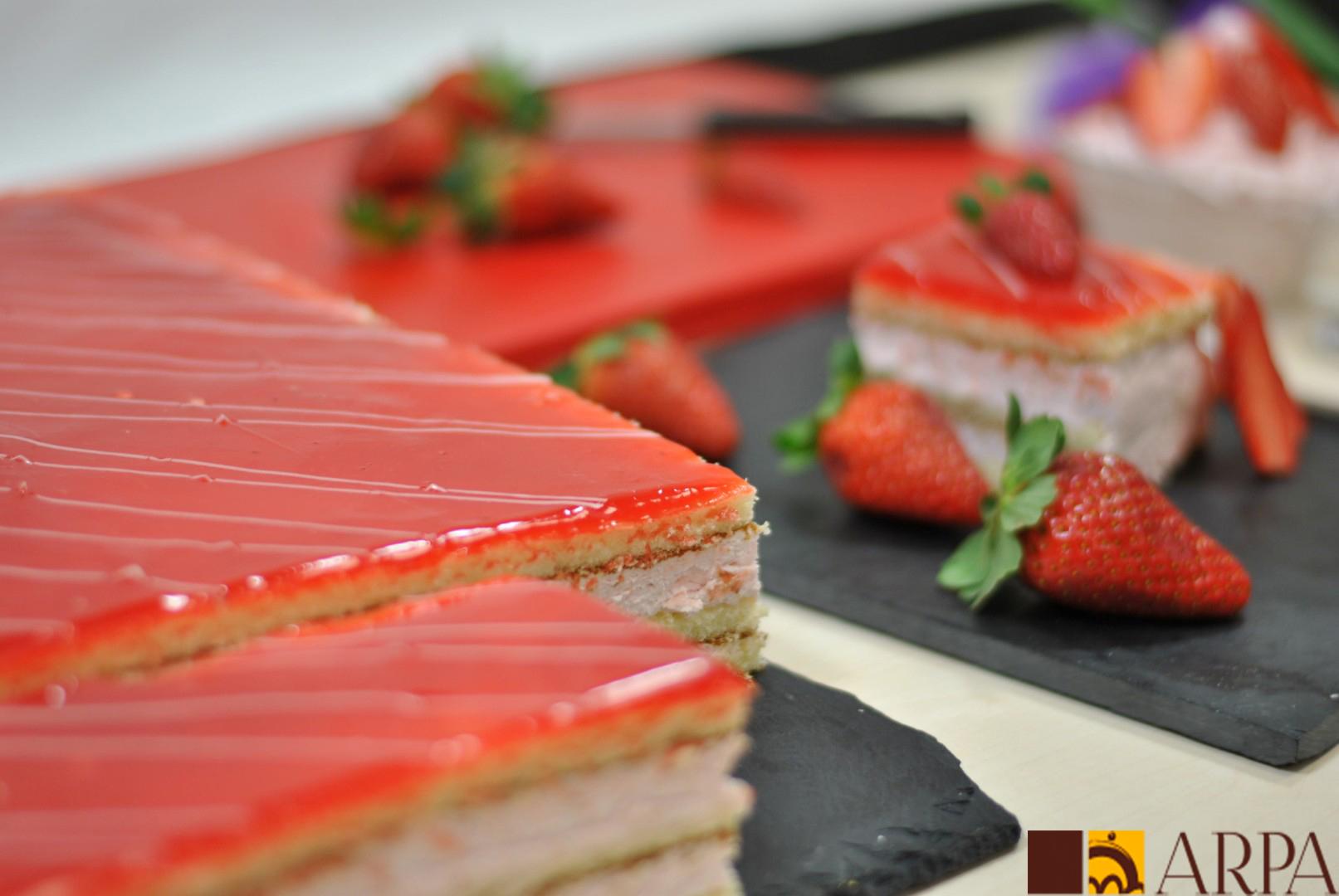 Pastel rectangular relleno de nata saborizada de fresa y recubierto de mermelada de fresa.