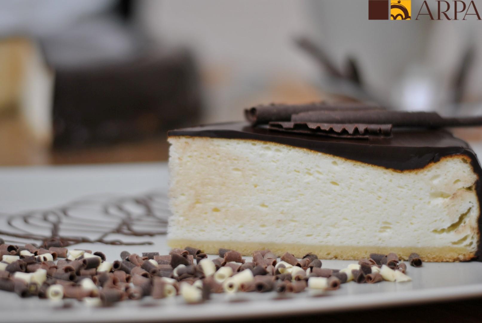 Pastel de queso bañado en chocolate negro