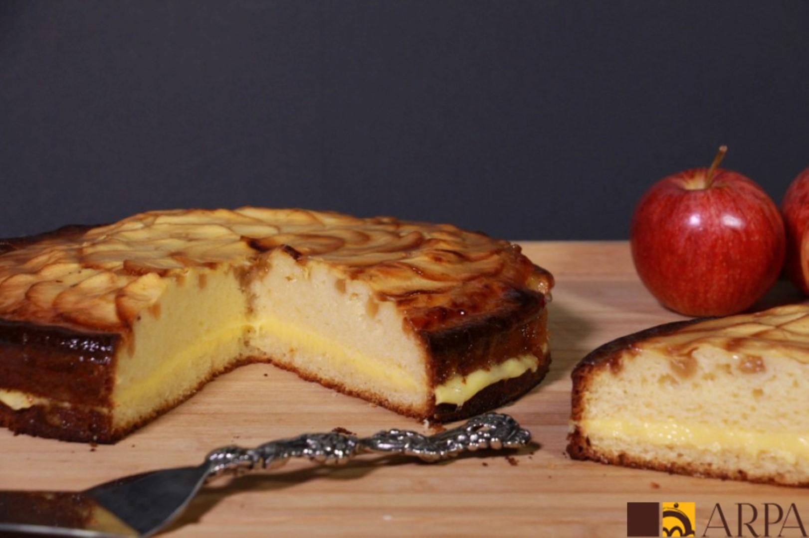 Tarta de manzana estilo alemana, de bizcocho relleno de crema y cubierta de compota y láminas de manzana natural