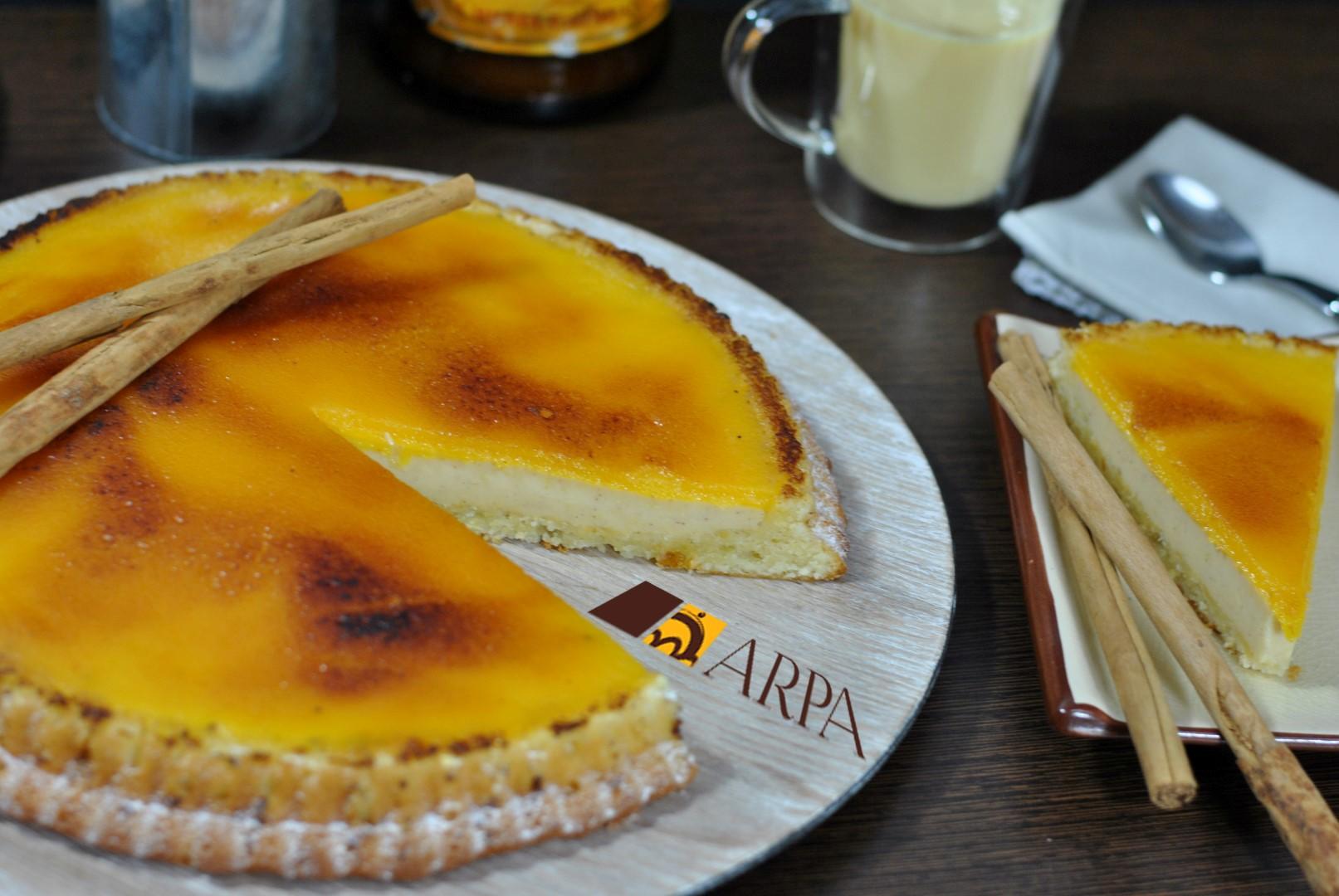 Tarta de crema catalana cubierta de una capa de yema quemada con azúcar