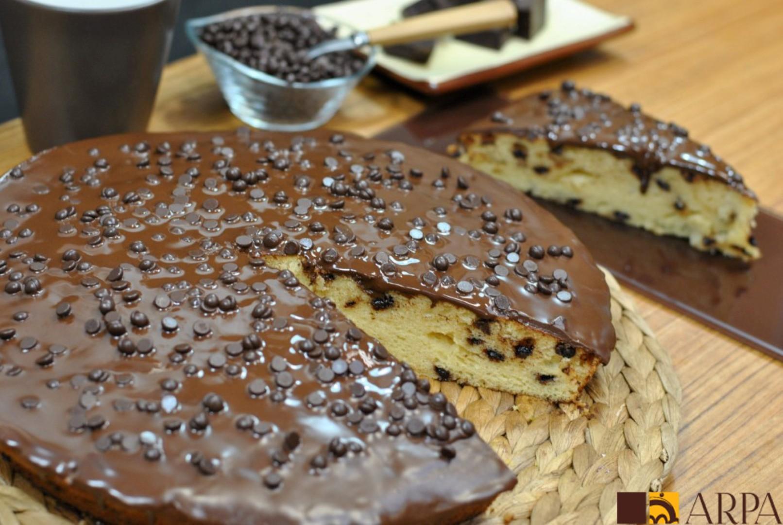Tarta de bizcocho relleno de perlas de chocolate y cubierto de chocolate negro fundido