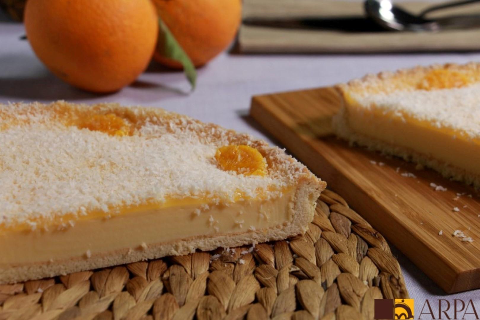Tarta de galleta rellena de crema pastelera y cubierta con naranja