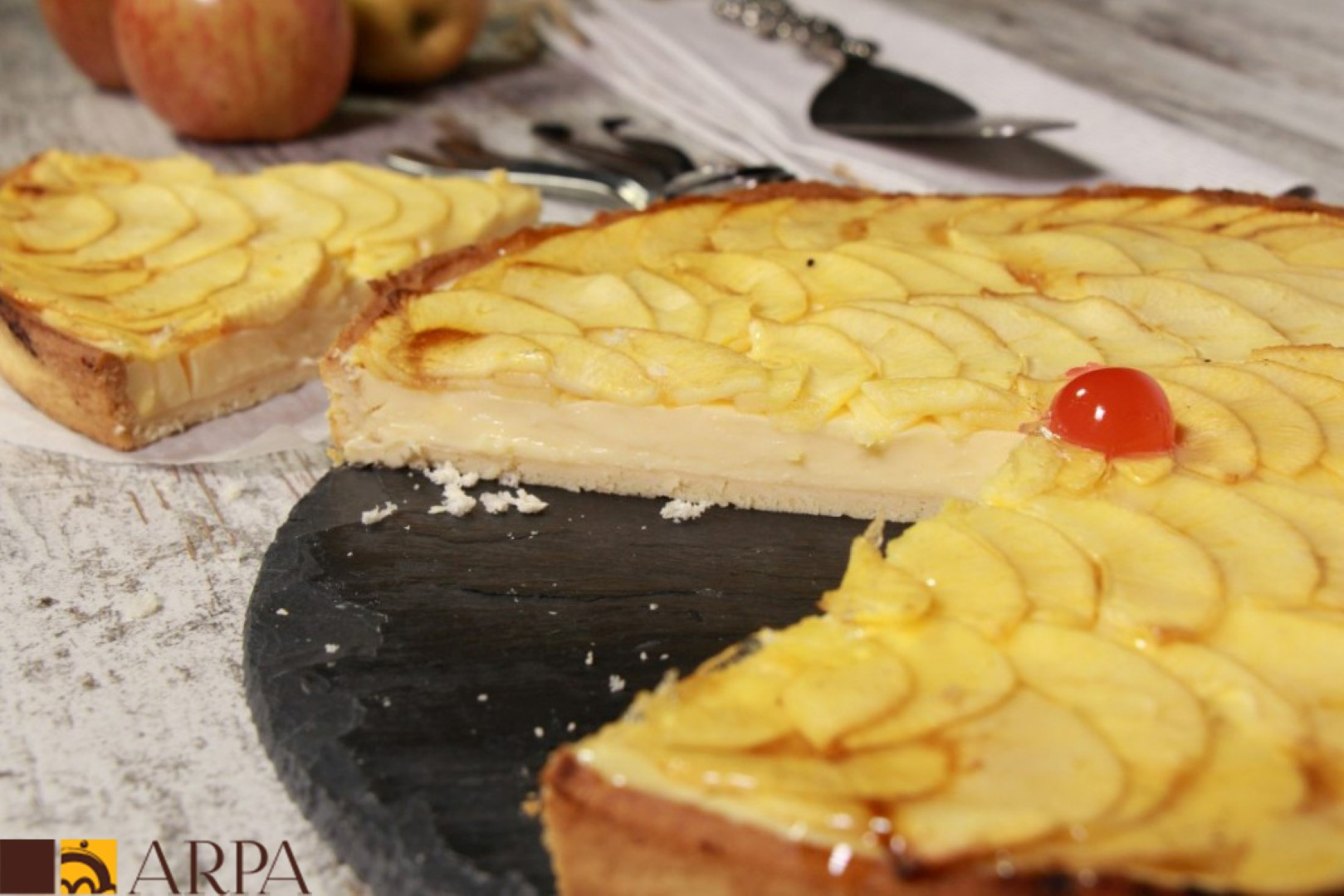 Tarta de manzana base de pasta brisa rellena de crema