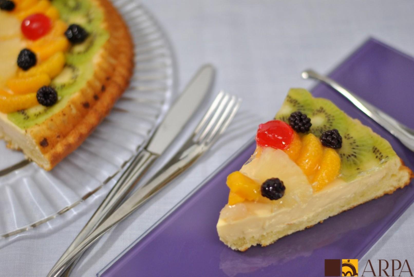 Tarta de frutas variadas en base de bizcocho rellena de crema pastelera