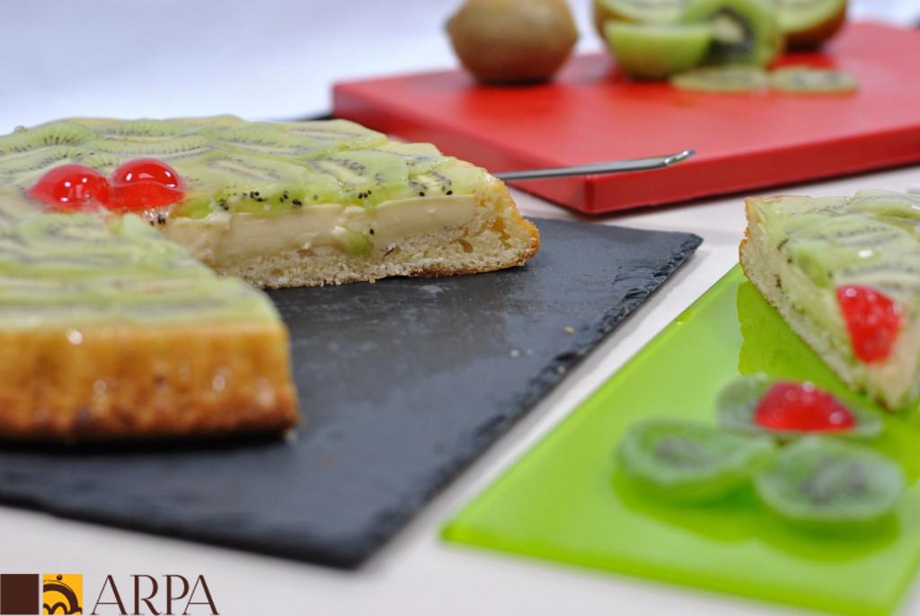 Tarta de kiwi natural con base de bizcocho y rellena de crema pastelera