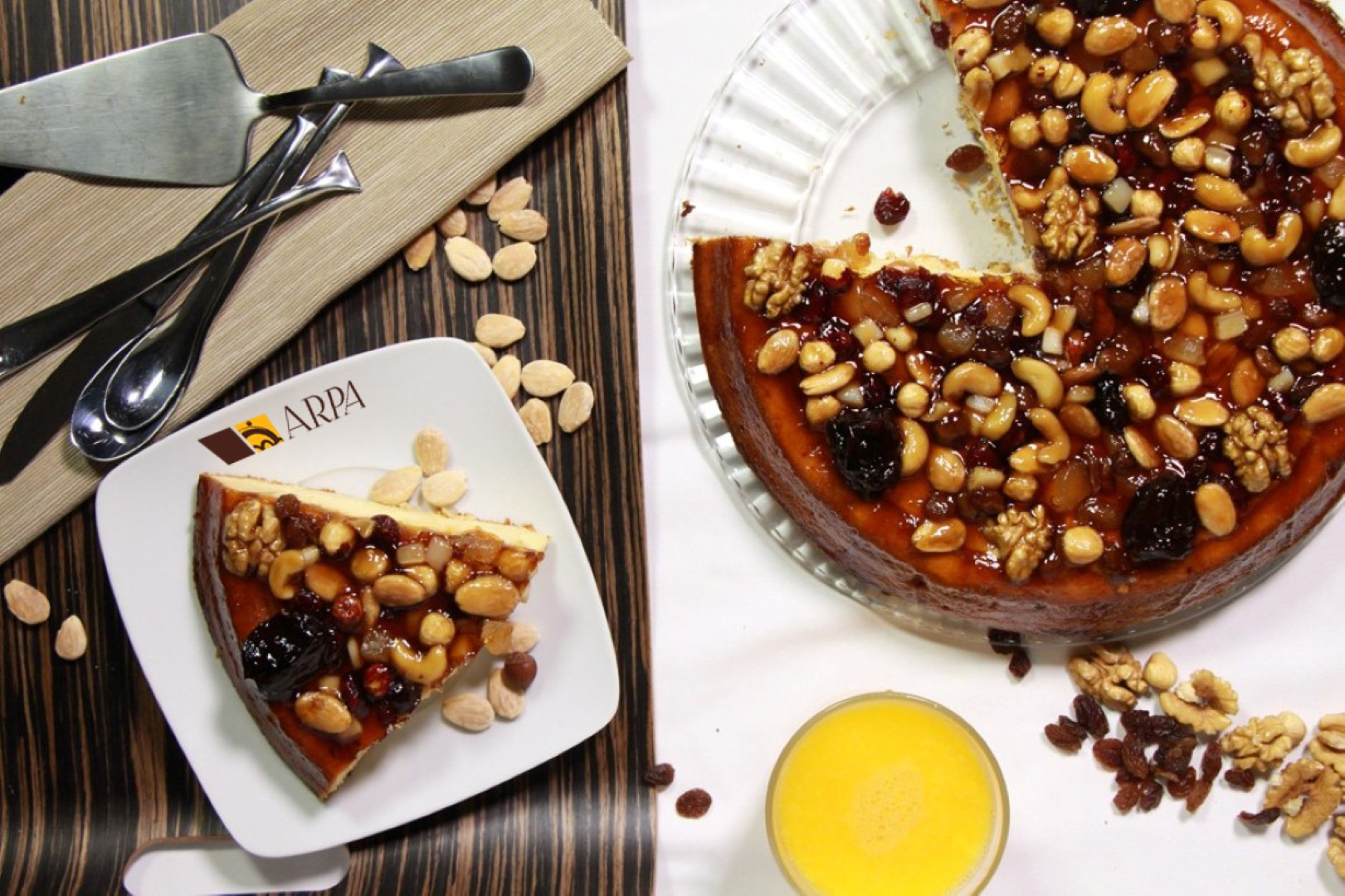 Tarta de frutos secos variados, base de bizcocho de almendra rellena de crema artesana y bañada en suave caramelo